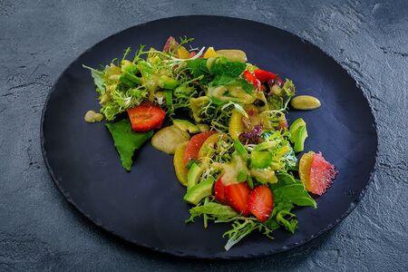 Микс-салат из авокадо и клубники