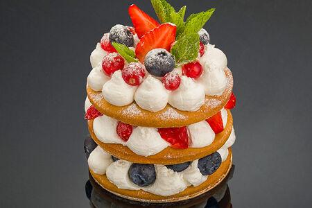 Десерт Медовый мильфей с ягодами