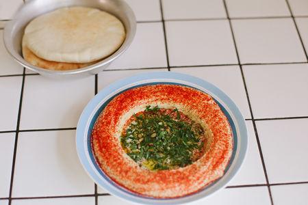 Хумус с тхиной, две питы