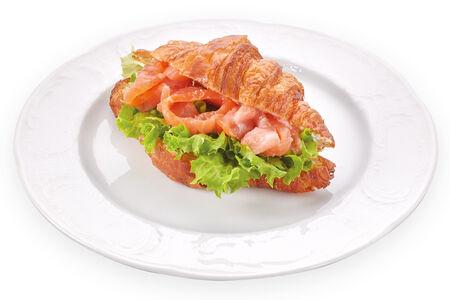 Французский круассан со сливочным сыром и лососем