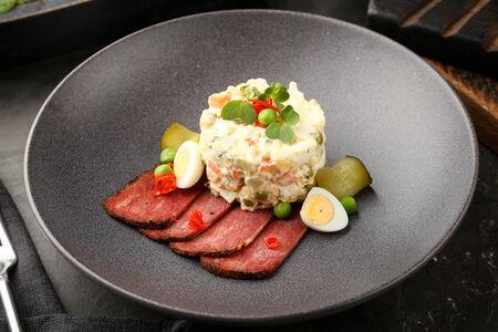 Фирменный салат Оливье с домашним пастрами