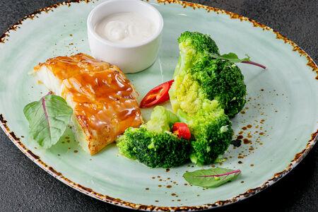 Треска с брокколи и соусом берблан
