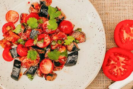 Салат из жареных хрустящих баклажанов