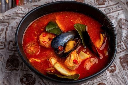 Томатный суп с морепродуктами, имбирем и листьями лайма