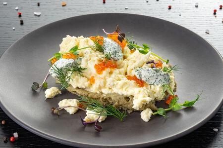 Яйца-скрэмбл с красной икрой на губке из анчоуса и маслин