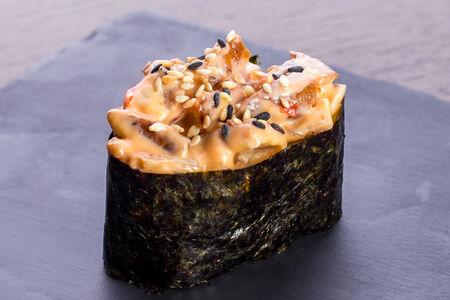 Спайси суши с копчёным угрём