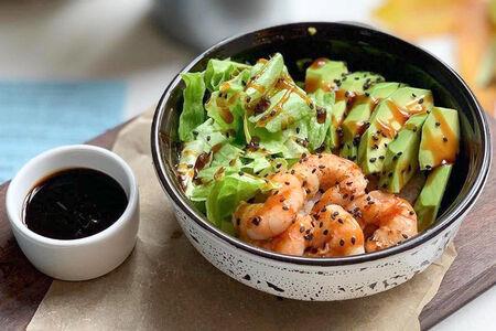 Боул с креветками и авокадо