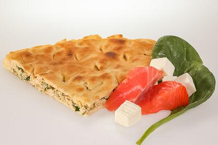 Пирог с лососем, сыром и шпинатом