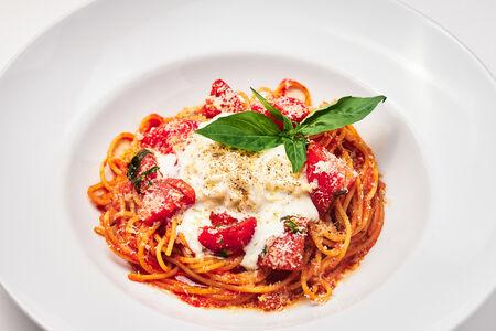 Спагетти с томатным соусом и страчателлой