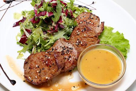 Ростбиф из говядины с соусом