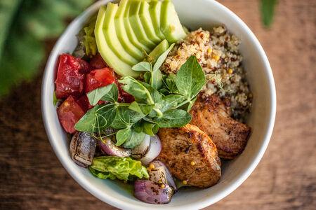 Авокадо-боул с киноа и филе цыпленка