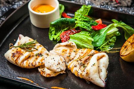 Филе кальмара с микс салатом