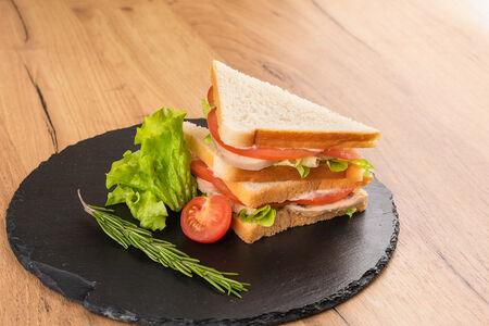 Сэндвич с запеченным куриным рулетом