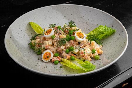 Салат Оливье с копченой курицей и перепелиным яйцом