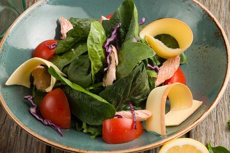Салат с форелью и копченым сыром