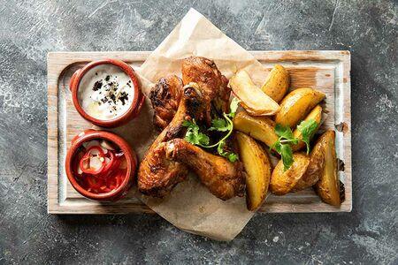 Куриные ножки с запеченным картофелем и соусом дзадзыки