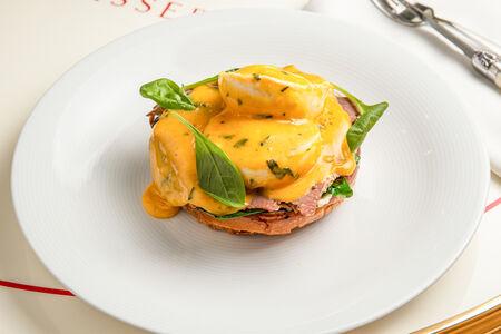 Яйца Бенедикт с пастрами
