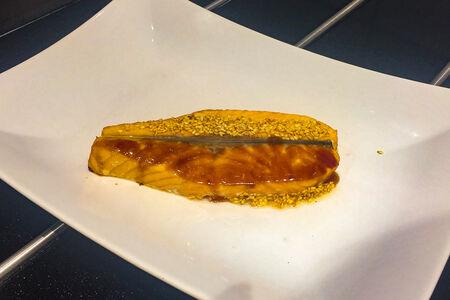 Филе лосося на гриле Инь-Янь с соусом
