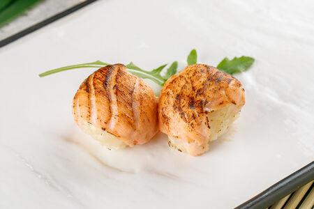 Темари-суши с обожженным лососем