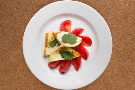 Салат Томаты с сыром и миндальным соусом
