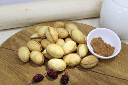 Орешки с варёным сгущенным молоком