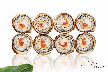 Ролл с копченым лососем и омлетом запеченный