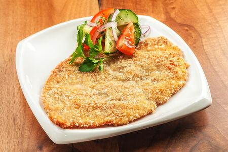 Шницель куриный с салатом