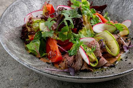 Салат с ростбифом, печеным перцем и томатами