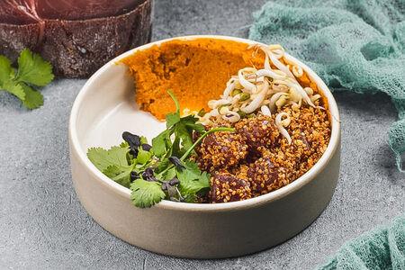 Тунец с киноа и морковным хумусом