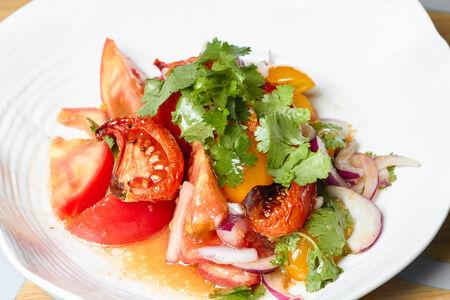 Салат из трех видов томатов
