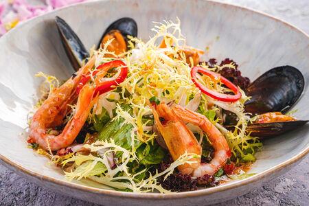 Свежий салат с морепродуктами