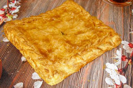 Пирог с капустой и зеленью из сдобного теста