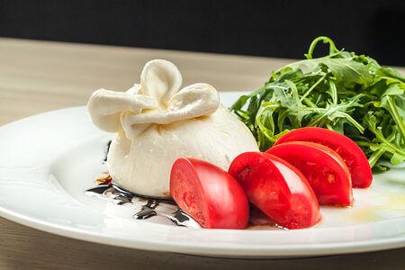 Сыр буррата с крем-бальзамиком