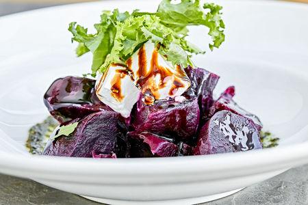 Салат из запеченной свеклы с сыром и соусом песто
