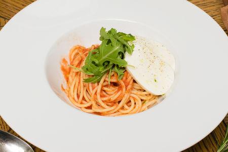 Спагетти с томатами и моцареллой