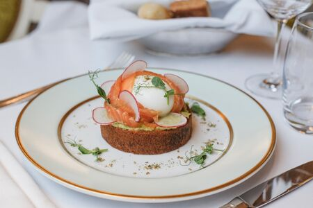 Яйцо Молле с лососем и гуакамоле