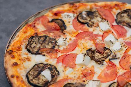 Пицца с баклажанами, помидорами и фетой