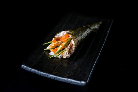 Ручной ролл с кожей лосося и угрем (1шт)