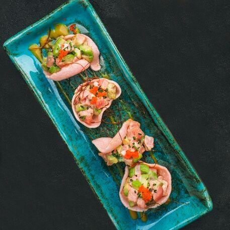Лосось и тунец в соусе шрирача на креветочном чипсе