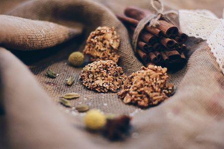 Лепестки арахис с кунжутом и маком