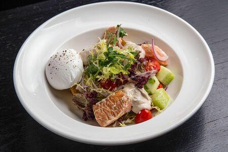 Салат с копченым лососем и яйцом пашот