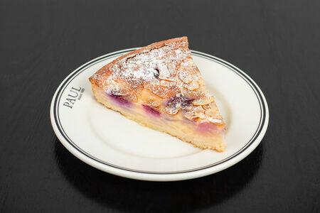 Пирог с грушей и малиной (порция)