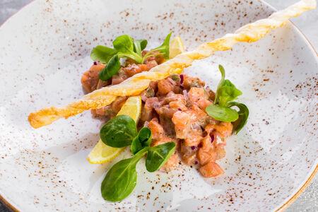 Тар-тар из лосося с соусом Гамадари