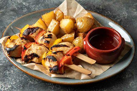 Шашлычки из куриного филе с запеченным картофелем и фирменным соусом