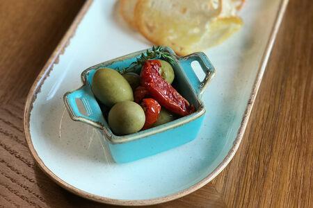 Оливки маринованные с вялеными томатами