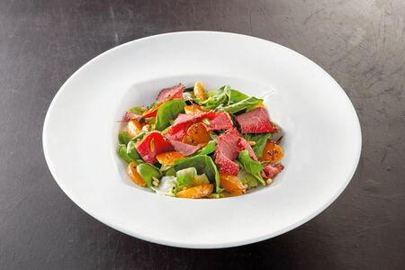 Салат из пастрами, мандаринов и шпината