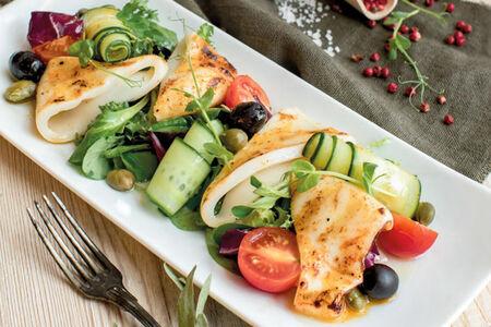 Салат с кальмарами гриль
