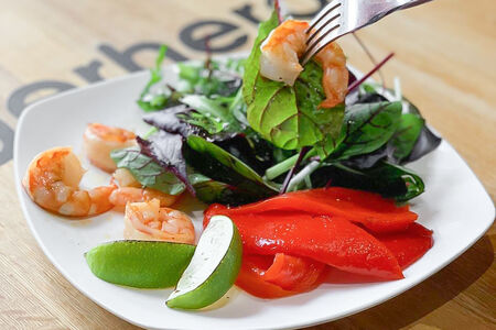 Салат с креветками и запеченным перцем