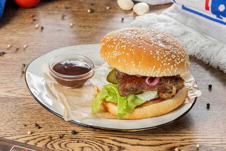 Бургер со свининой барбекю