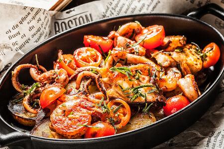 Морепродукты, обжаренные с картофелем